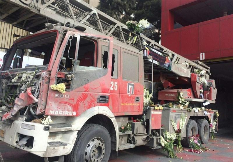 عکس/گلباران کردن ماشین آتشنشانی آسیب دیده در حادثه پلاسکو
