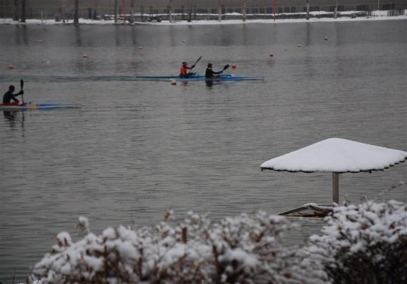 قایقرانی دختران در سرمای نزدیک به صفر درجه/ تمریناتی که قطع نمیشود! + عکس