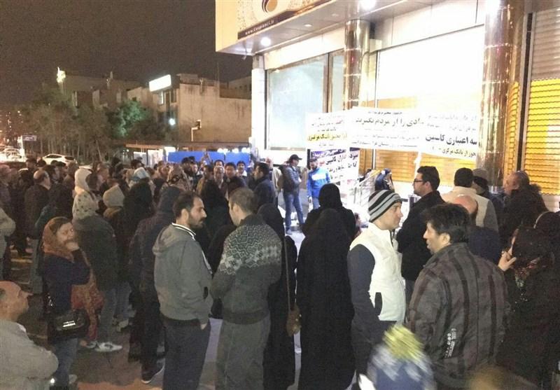 تصاویر/ تجمع سپرده گذاران پشت درب های بسته موسسه کاسپین : اولین شب سالگرد تاسیس موسسه مالی مجاز کاسپین با ادامه تجمعات شبانه روزی سپرده گذاران معترض در مقابل ساختمان مرکزی کاسپین درسعادت آباد تهران همزمان شد