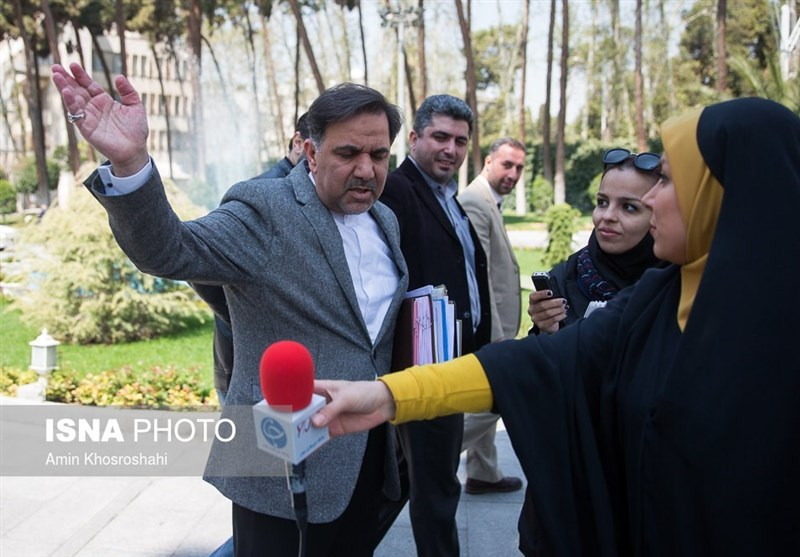 1396011614365671010452854 درگیری آخوندی با خبرنگار زن جنجال به پا کرد + تصاویر و کاریکاتور