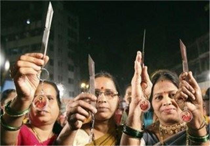 توزیع چاقو در بین زنان هند