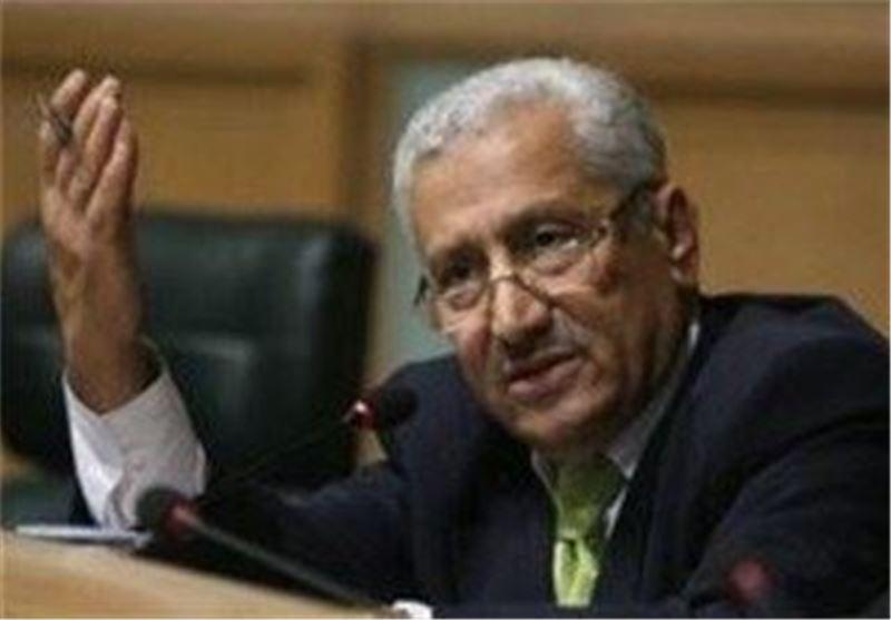اردنی یرمی بحذائه على رئیس الوزراء الاردنی وأعضاء حکومته فی لقاء عام