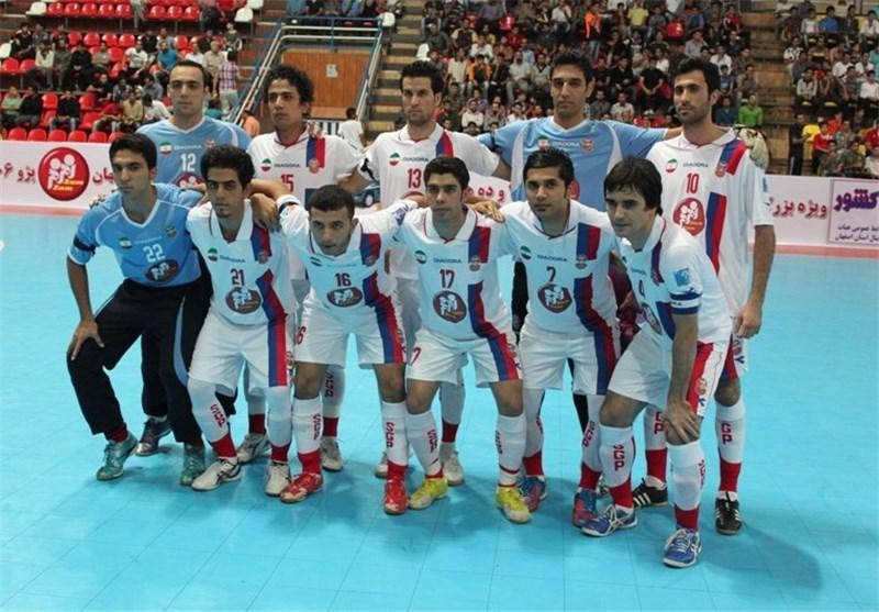 شعار تماشاگران گیتیپسند علیه داور و حضور حسین شمس در بازی