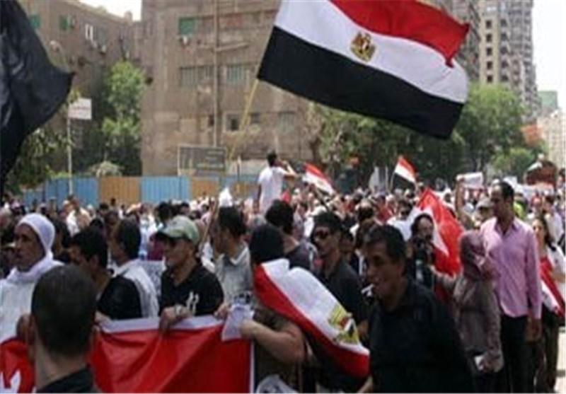 """آلاف المتظاهرین المصریین یعتلون الحواجز الأسمنتیة أمام البوابات 3 و 4 بـ""""الاتحادیة"""""""