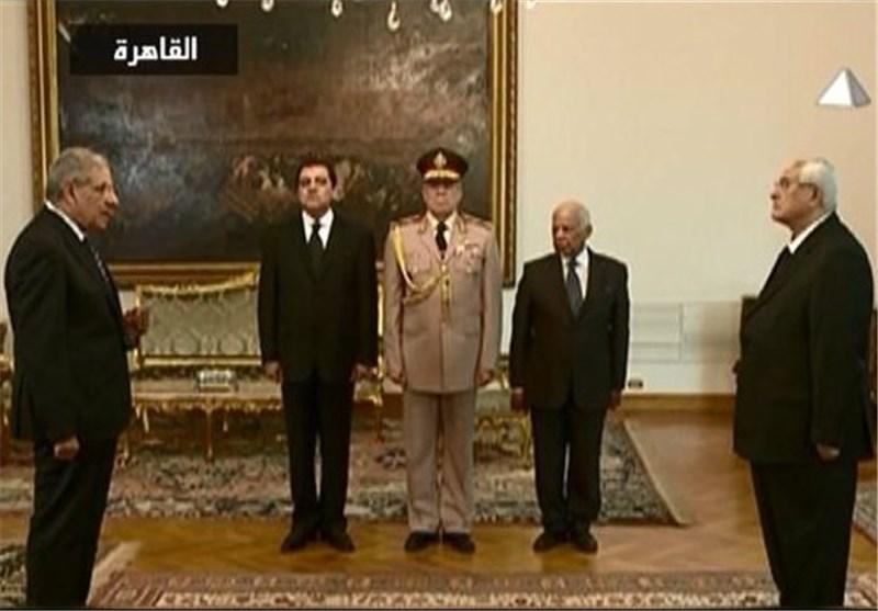 "أول حکومة مصریة بعد عزل مرسی تؤدی الیمین .. و""الاخوان"" لا یعترفون بها"