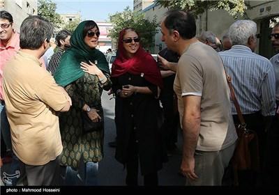 مهتاب کرامتی در تجمع سینماگران مقابل خانه سینما