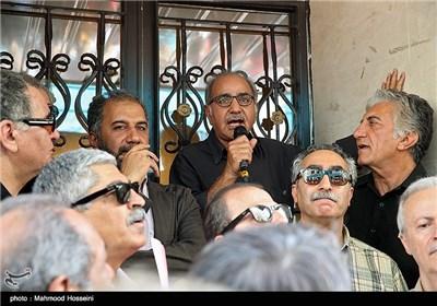 سخنرانی پرویز پرستویی در تجمع سینماگران مقابل خانه سینما
