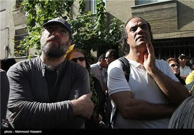 سیف الله صمدیان و فردین خلعتبری در تجمع سینماگران مقابل خانه سینما