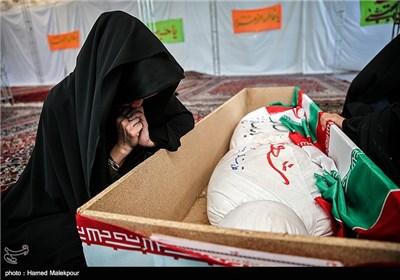 دختر خوانده ی شهید قدرت الله سرلک بر سر پیکر او در معراج شهدای تهران