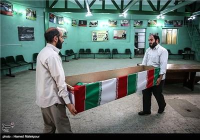 انتقال پیکر شهید قدرت الله سرلک به حسینیه معراج شهدا برای دیدار با خانواده اش