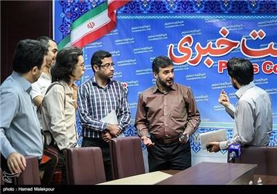 سید جواد هاشمی نویسنده و کارگردان نمایش شانه های خسته در پایان نشست خبری