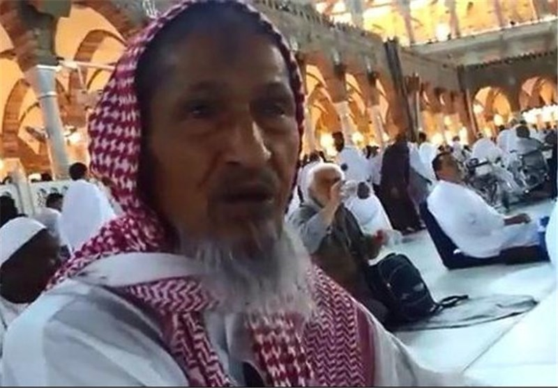 رجل مسن يزور بيت الله