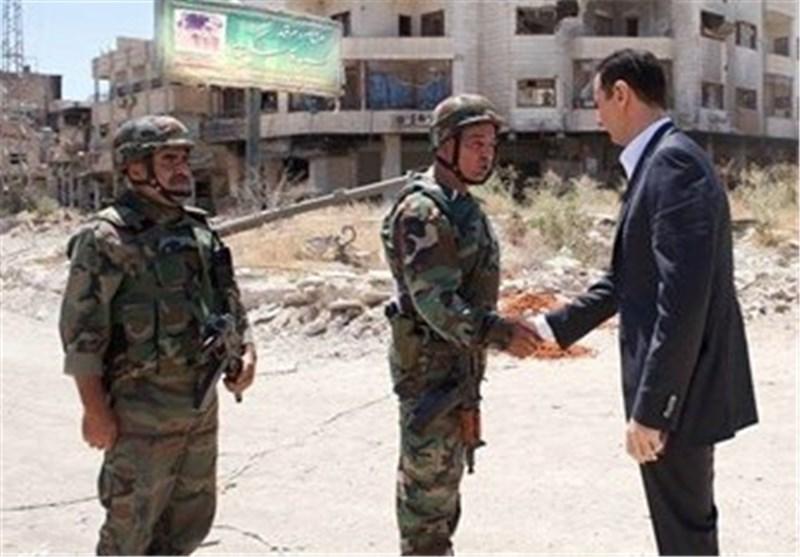 """بشار الأسد یصل الى داریا لتفقد الوحدات العسکریة ویؤکد """"ثقته بالنصر"""" فی مواجهة الإرهاب"""