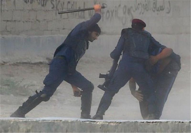 «رویترز» تبثّ صوراً لاعتداء عناصر قوات أمن النظام الخلیفی على محتج بحرینی بالضرب + صور