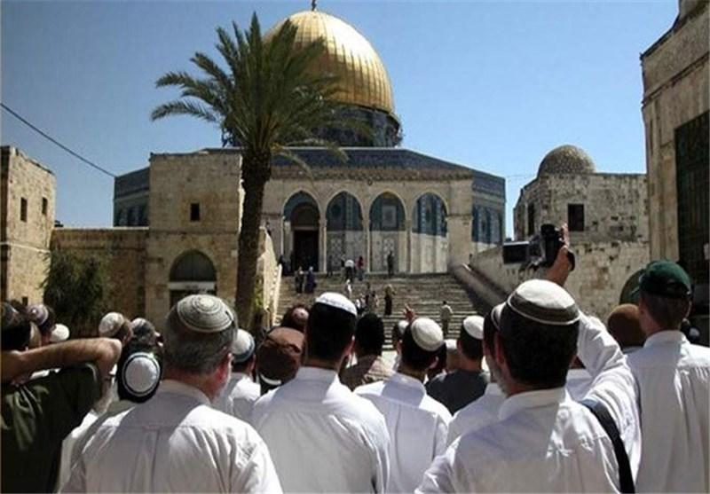 حاخامات یهود یرتدون الزی الخاص بالهیکل یدنسون حرمة المسجد الاقصى