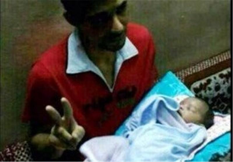 معتقل بحرینی یحتضن رضیعه «لأول مرة» بعد حرمانه من تشییع زوجته ؟!!