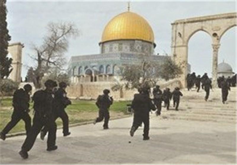 عشرات المتطرفین الصهاینة یدنسون باحات المسجد الأقصى