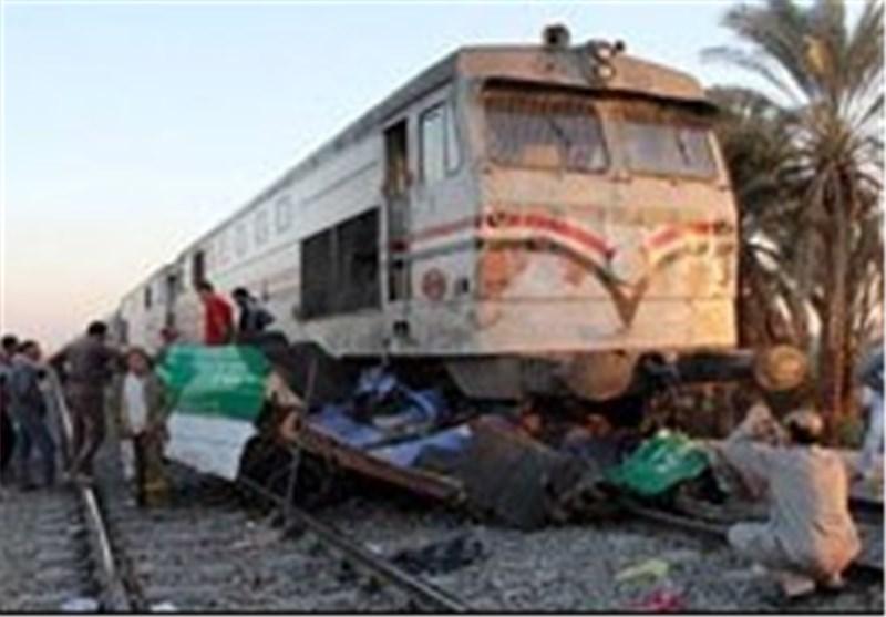 اکثر من 20 قتیلا فی مصر باصطدام قطار بحافلة رکاب صغیرة