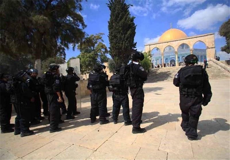 عشرات المُجندات الصهیونیات یقتحمن المسجد الأقصى