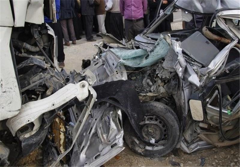 مرگ راننده تریلی در برخورد با تیر چراغ برق/نجات 5 نفر از آتشسوزی و ریزش چاه