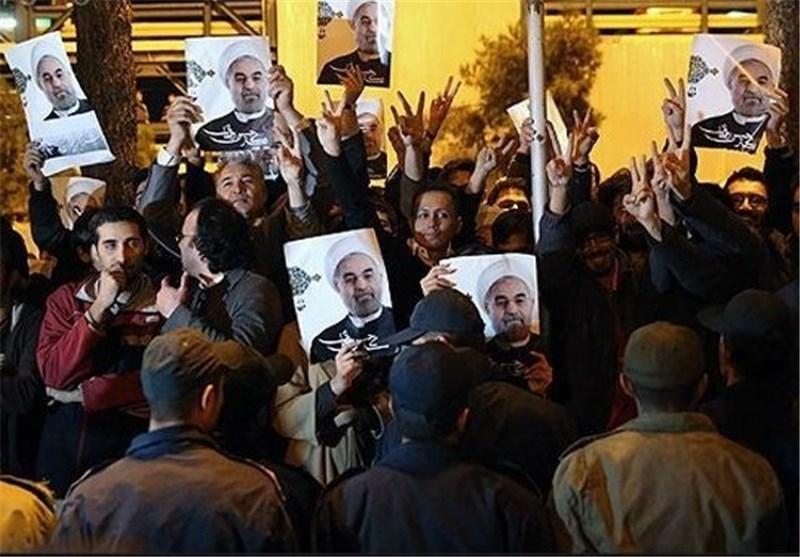 استقبال شعبی للوفد الایرانی المفاوض لحظة عودته من جنیف