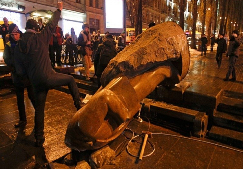 Protesters Topple Lenin Monument in Kiev (+Photos)