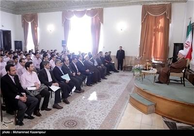آیة الله هاشمی رفسنجانی یستقبل جمعا من الباحثین فی مرکز دراسات الجامعة الاسلامیة الحرة فی قزوین