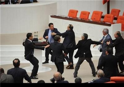 اشتباک بالایدی فی البرلمان الترکی