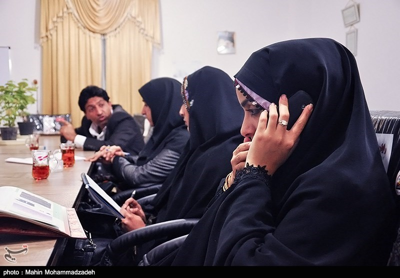سامیه بلوچ زهی شهردار شهرستان سرباز در دفتر کار خود در شهرداری سرباز