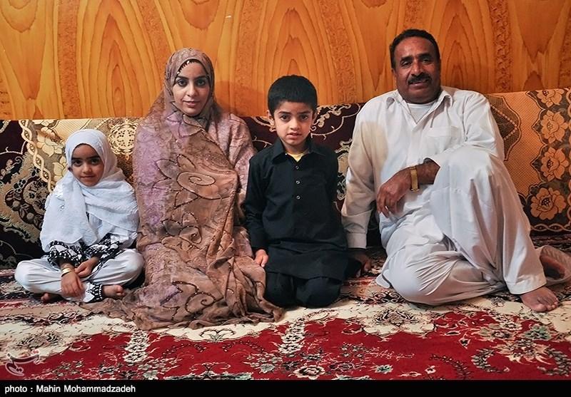 سامیه بلوچ زهی با پدر و مادر سه برادر و دو خواهر خود زندگی میکند