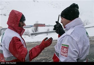امدادگران در جاده های برفی