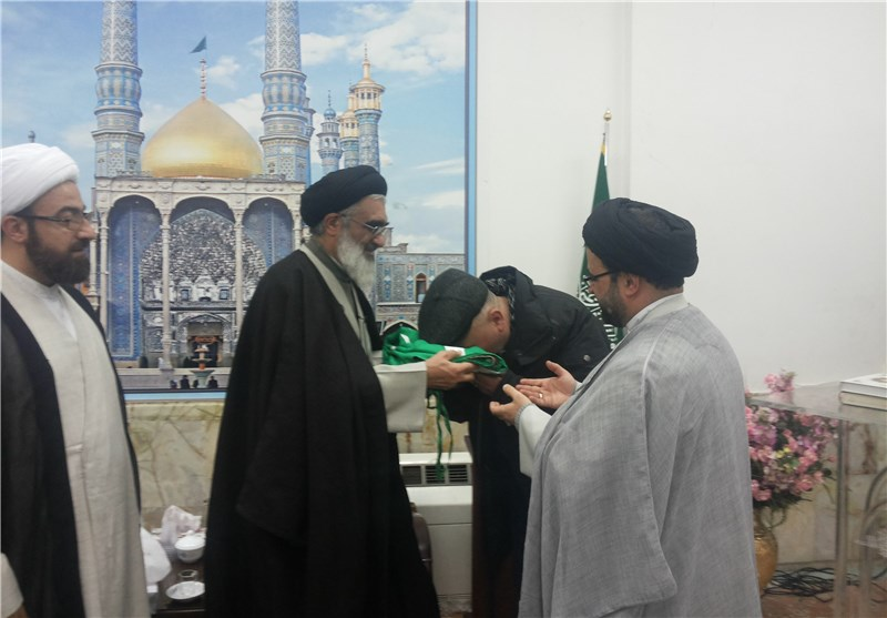 اهدای پرچم گنبد حرم کریمه اهل بیت(ع) به مرکز اسلامی دانمارک