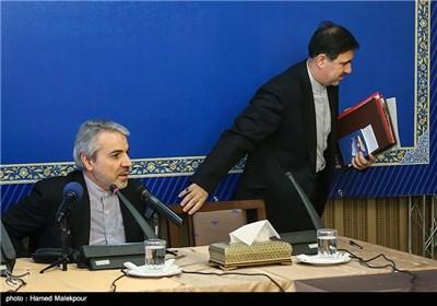 عباس آخوندی وزیر راه و شهرسازی هنگام خروج از نشست خبری