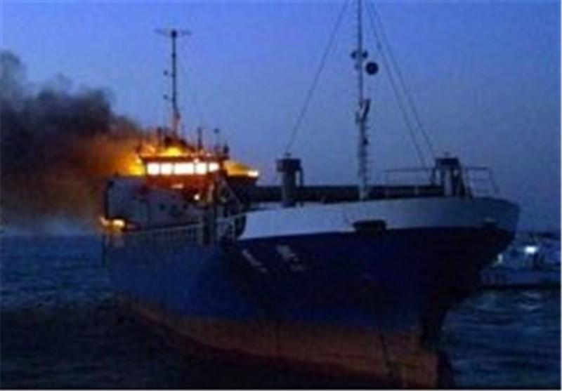 کشتی باری خارجی در اطراف آبهای دیر آتش گرفت