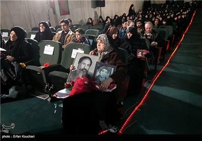 حضور خانواده معظم شهدا در مراسم اختتامیه چهارمین جشنواره فیلم عمار