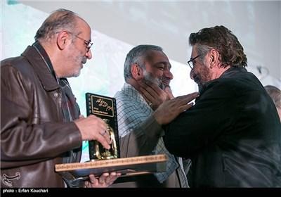 فرج الله سلحشور کارگردان, سردار نقدی رئیس سازمان بسیج مستضعفین و جمال شورجه کارگردان در مراسم اختتامیه چهارمین جشنواره فیلم عمار
