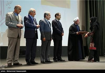 تقدیر از برگزیدگان نوزدهمین جشنواره تحقیقاتی علوم پزشکی رازی توسط حجت الاسلام حسن روحانی رئیس جمهور