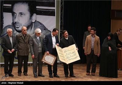 تقدیر از خانواده مرحوم کازرونی توسط آخوندی وزیر مسکن، راه و شهرسازی در مراسم یادبود مرحوم کازرونی