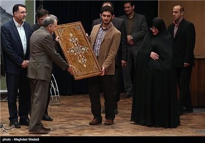 تقدیر از خانواده مرحوم کازرونی توسط نجفی رئیس سازمان میراث فرهنگی در مراسم یادبود مرحوم کازرونی