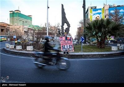 توزیع شیرینی به مناسبت مرگ شارون در میدان فلسطین تهران