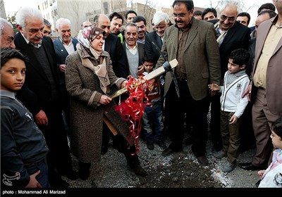 حمیده مروج همسر محمد رضا عارف در مراسم کلنگ زنی مجتمع فرهنگی شندآبادیهای مقیم تهران