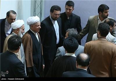 آیت الله هاشمی رفسنجانی رئیس مجمع تشخیص مصلحت نظام هنگام ورود به مراسم اختتامیه بیست و هفتمین کنفرانس وحدت اسلامی