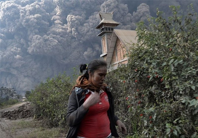 3 Indonesia Airports Reopen after Volcano Eruption