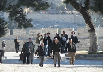 وزیر الاستیطان الصهیونی و مستوطنین وخاخامات یقتحمون و یدنسون المسجد الاقصی