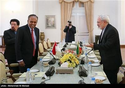 الدکتور ظریف یلتقی مع نظیره السنغافوری غی شانموغام