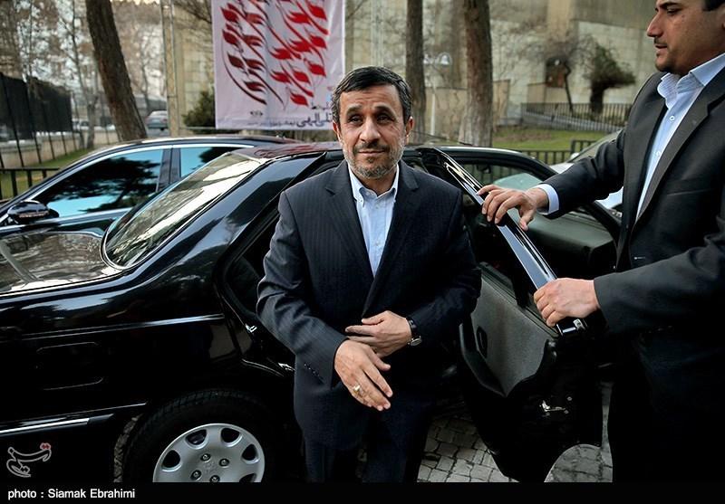 حضور احمدی نژاد در نمایشگاه نقاشی به مناسبت سالگرد هوگوچاوز
