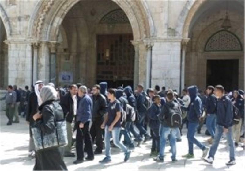 خلال اقتحام 40 مستوطن..شرطة الاحتلال تعتدی بالضرب على مُصلی فی الأقصى