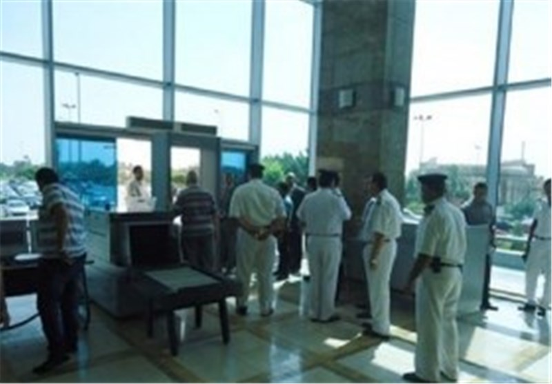 ناشطات فرنسیات یعتصمن بمطار القاهرة احتجاجا على منعهن من دخول القاهرة