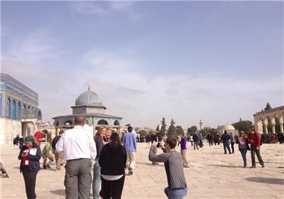 عشرات المُجنّدات والمستوطنین الصهاینة یقتحمون الأقصى