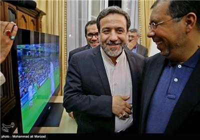 ظریف یتابع مباراة کرة القدم بین المنتخب الوطنی لایران الاسلامیة ونیجیریا